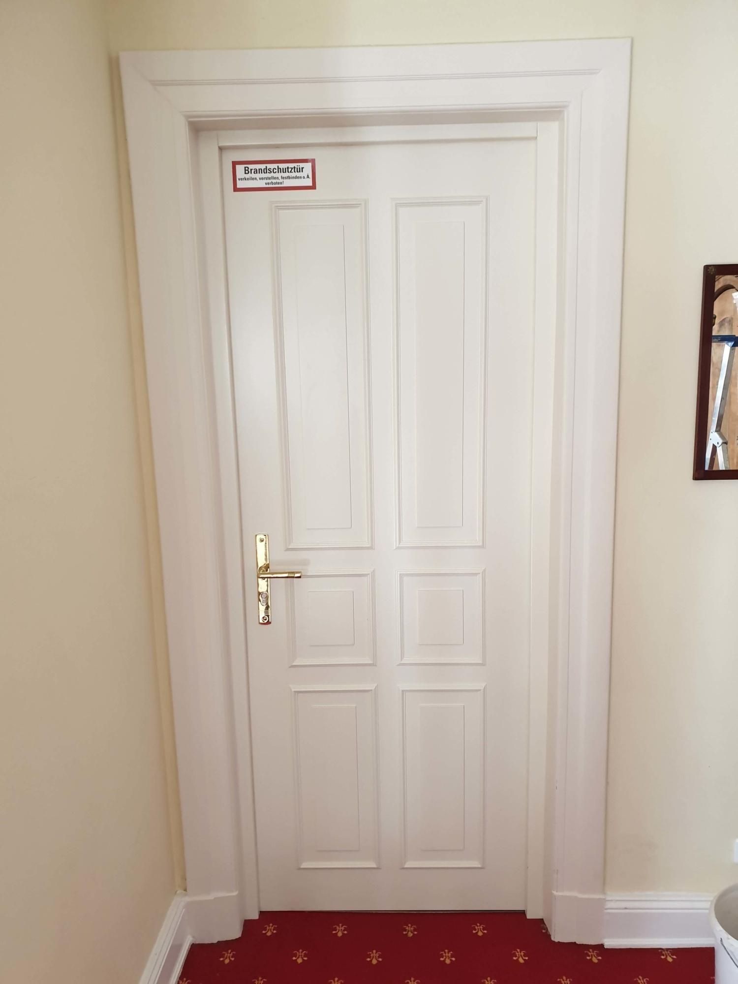Hotelzimmer - Brandschutztuer T 30-RS in Sperrtuerbauweise